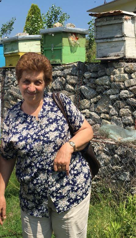 Lejla Shehu vor Bienenstöcken in Lezhe, Albanien