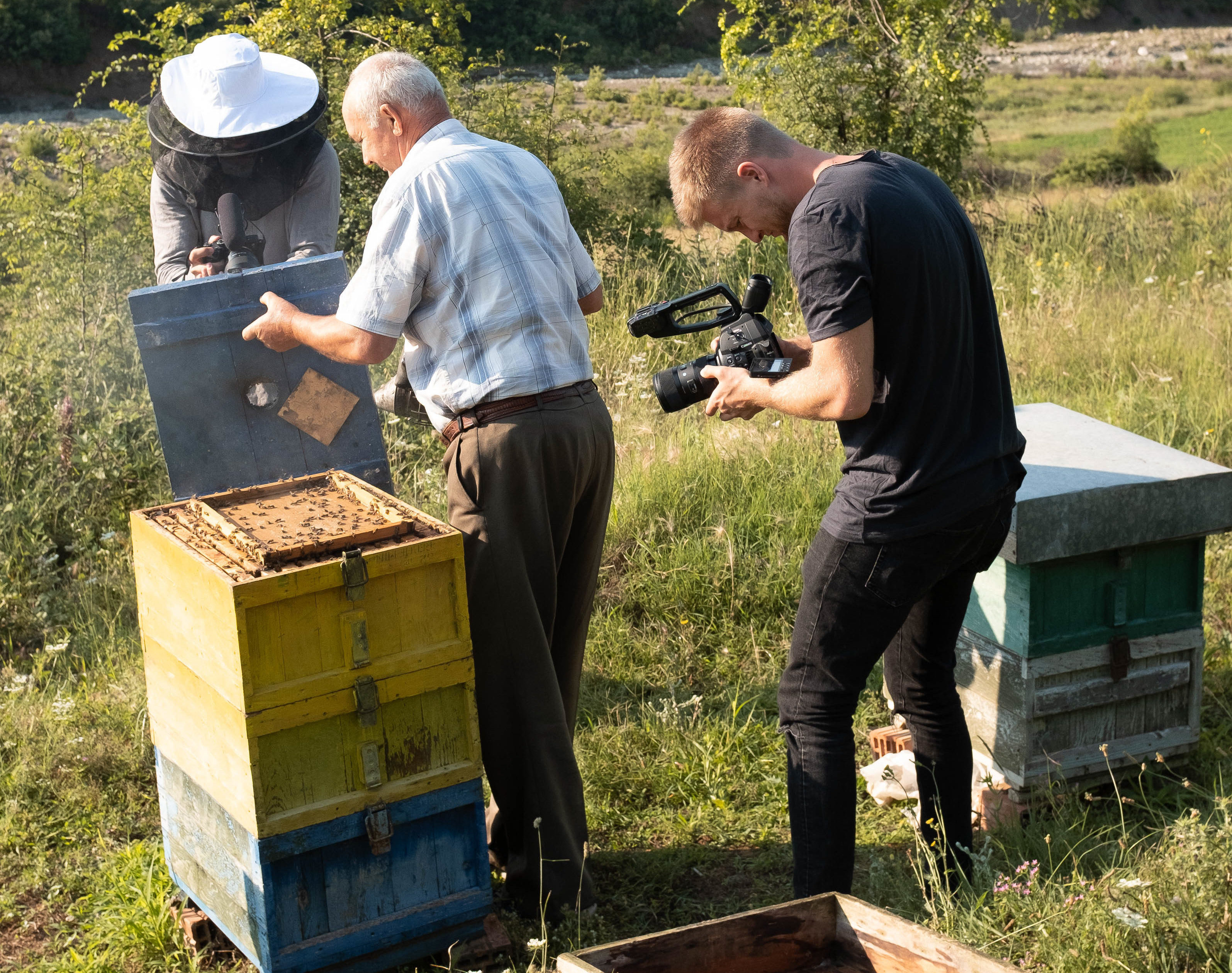 Filmteam am Bienenstock in Permet