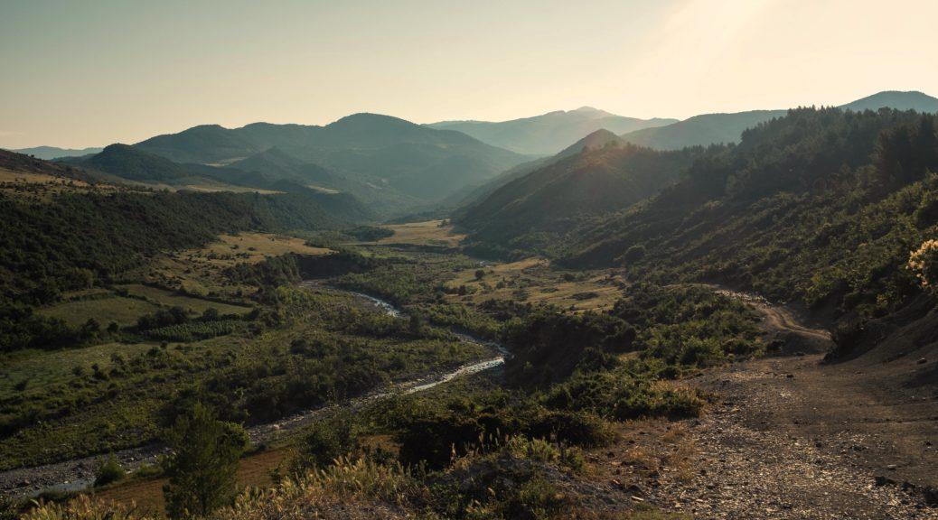 Panoramablick über das Flusstal der Vjosa